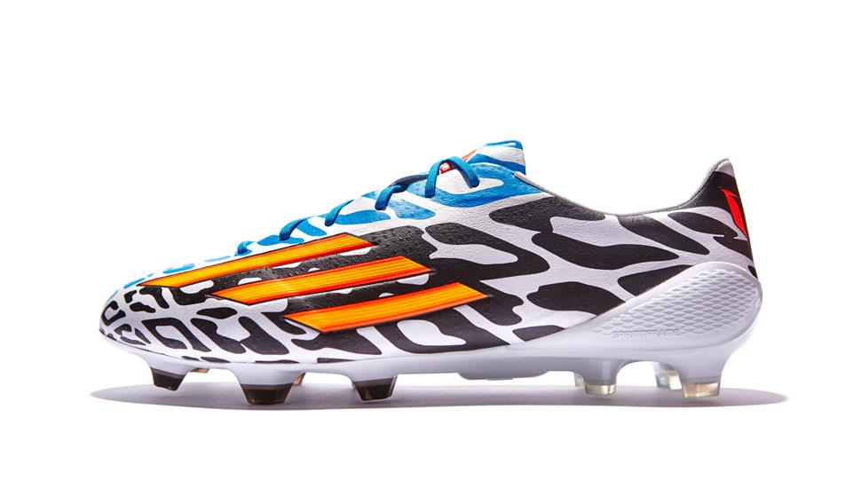 """903f979f0e4d «Battle Pack"""" коллекция получившая известность после Чемпионата Мира.  Adidas одел в монохромные бутсы всех своих игроков. Для Месси был добавлен  специальный ..."""